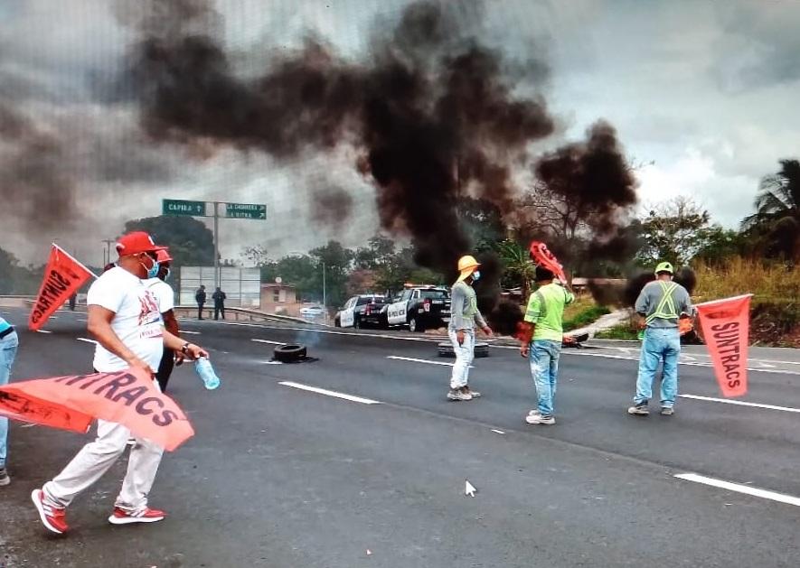 También bloquearon con neumáticos en llamas la Interamericana a la altura de El Coco. Foto: Eric A. Montenegro