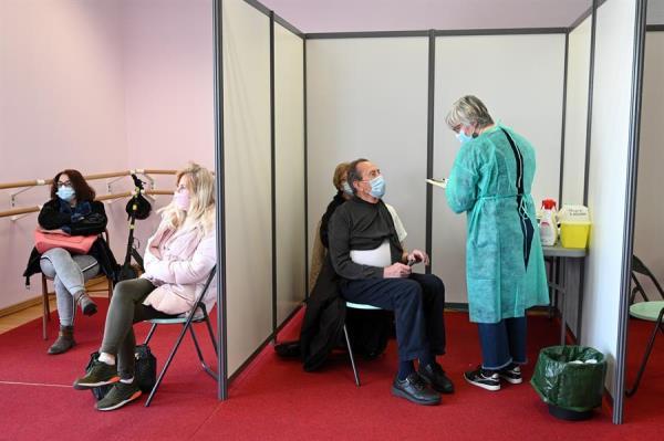 Francia opta por combinar vacunas contra la covid-19 en personas menores de 55 años que hayan recibido la dosis de AstraZeneca. Foto: EFE