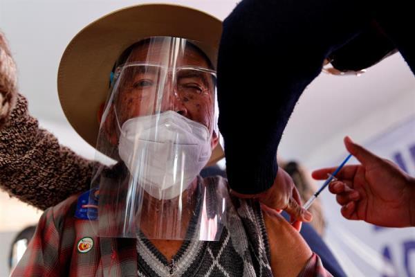 Un adulto mayor es vacunado contra la covid-19 durante una jornada de inmunización, el 7 de abril de 2021 en la localidad de San Martín de las Pirámides, en el Estado de México (México).
