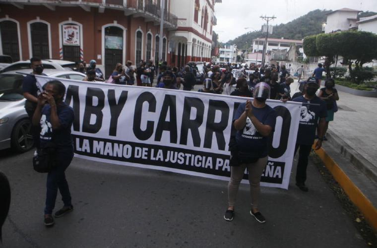 Miembros de Realizando Metas protestan contra intimidación política.