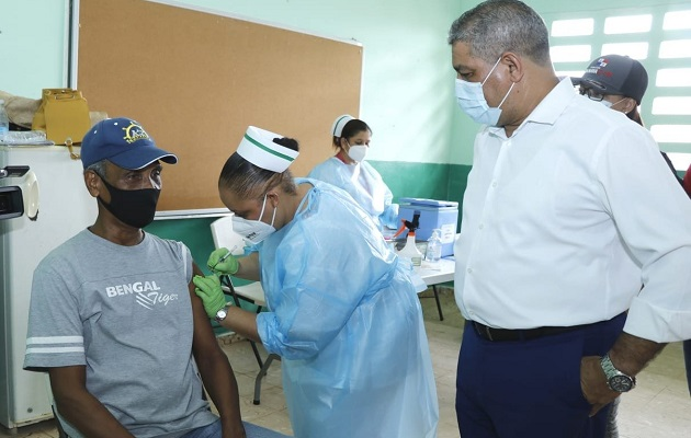 El ministro Luis Sucre pidió respetar el horario de vacunación. Foto: Cortesía Minsa
