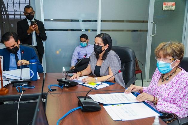 La ministra del Mides, María Inés Castillo, sustentó los traslados de partidas. Foto: Cortesía Mides