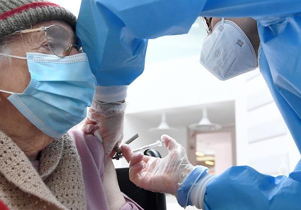 Una persona recibe una dosis de la vacuna anticovid.