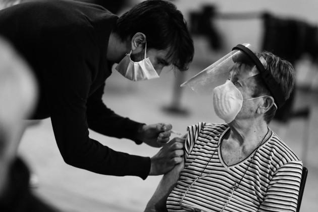 Nos hace falta reforzar más la información sobre la vacuna para brindar mayor tranquilidad a la población. Foto: EFE.