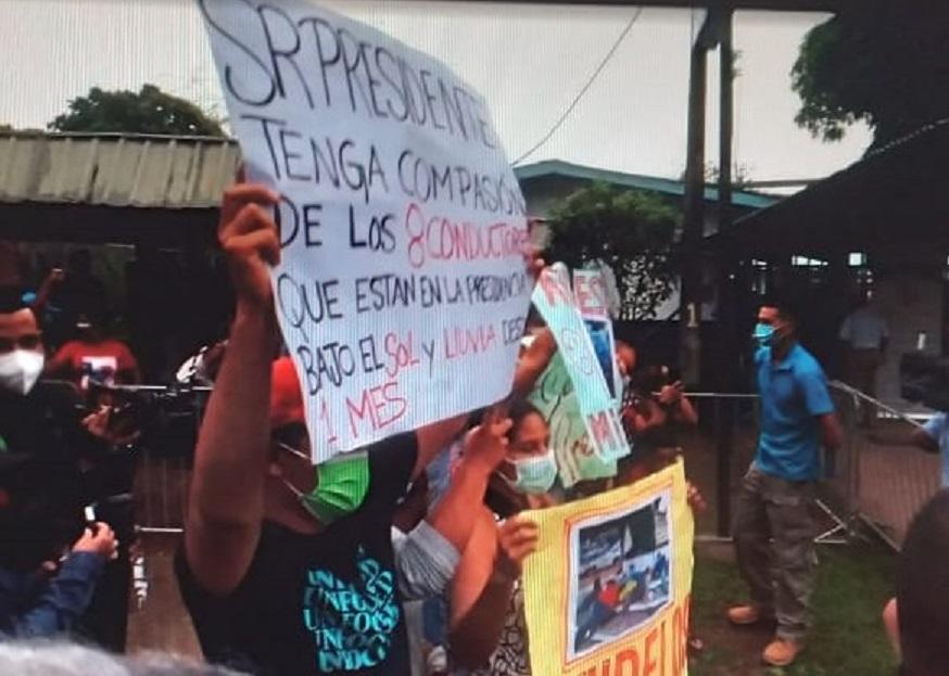 Con pancartas, pidieron solución al tema de los certificados de operación para taxis.Foto: Melquiades Vásquez
