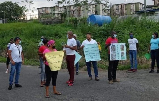 La semana pasada, los moradores de los multifamiliares de Río Alejandro cerraron por más de una hora la carretera que pasa por el sector. Foto: Diomedes Sánchez