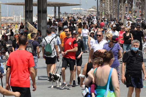 La gente pasea sin mascarilla por el paseo marítimo de Tel Aviv, Israel. EFE