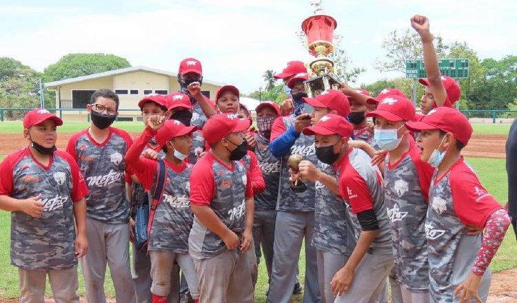 Integrantes del equipo metropolitano festejan luego de coronarse en tierras coclesanas. Foto: Fedebeis