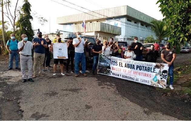Residentes de la comunidad de El Llano se cansaron de las promesas y protestaron frente al Idaan. Foto: Eric Montenegro