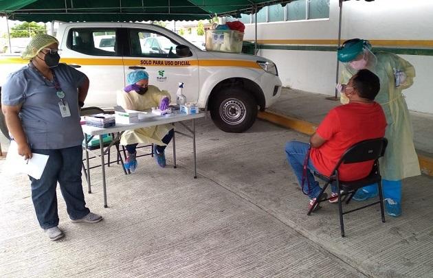 Personal de salud se mantiene hoy en los puestos de hisopados en Los Santos, con el fin de encontrar personas asintomáticas por coronavirus. Foto: Cortesía Minsa