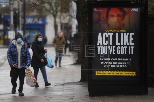 Cartel del gobierno británico sobre el coronavirus en Londres. Foto: EFE