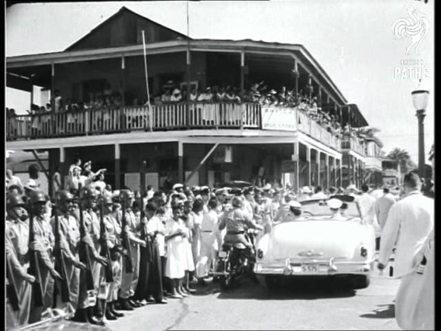 La caravana se ubicó frente a la Casa Miller, mientras la Reina y el Príncipe miraban y sonreían saludando hacia los balcones. Foto: Twitter: @damionapotter