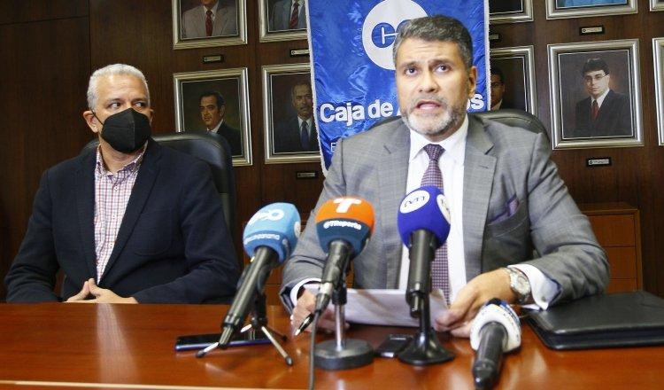 Andrés Farrugia, exgerente general de la Caja de Ahorros, durante la conferencia de prensa que dio la noche del jueves. Foto: Archivo
