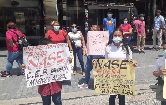 Los manifestantes exigen que la construcción del Centro Educativo Básico General Miguel Alba, culmine lo más pronto posible. Foto: Víctor Arosemena