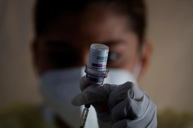 Una enfermera prepara una dosis de la vacuna de AstraZeneca contra la covid-19 en Panamá. Foto: EFE
