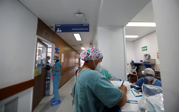 Personal médico trabaja en el hospital Juárez en Ciudad de México (México).