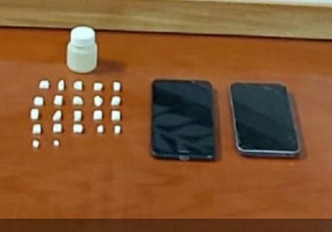 Se decomisaron presunta sustancia ilícita y un teléfono celular. Foto: José Vásquez