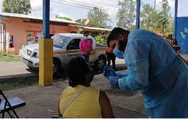 Los equipos de salud han intensificado los hisopados en centros comerciales, eventos deportivos, entre otras áreas. Foto: Thays Domínguez