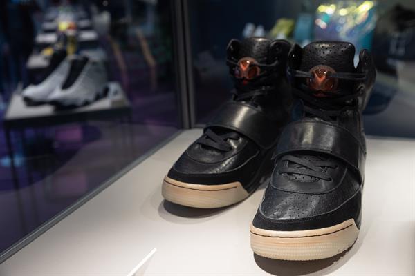 Las zapatillas llevó puestas durante la 50 ceremonia de entrega de los premios Grammy.