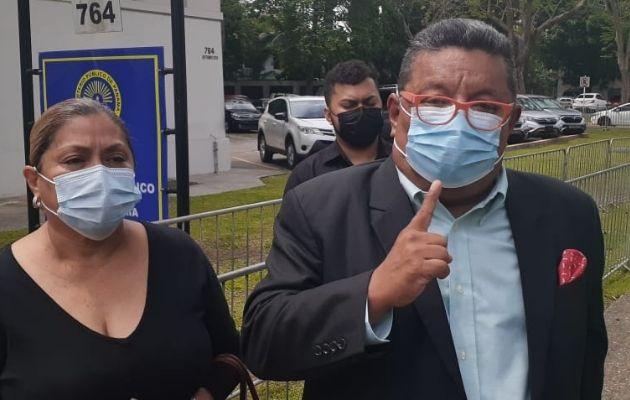 El abogado Justino González junto a Elizabeth Navarro. Foto: Víctor Arosemena