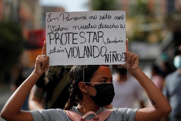 Diversas protestas se han realizado frente a la sede de la Senniaf, contra los casos de abuso a menores ocurridos en albergues de dicha institución. Foto: EFE