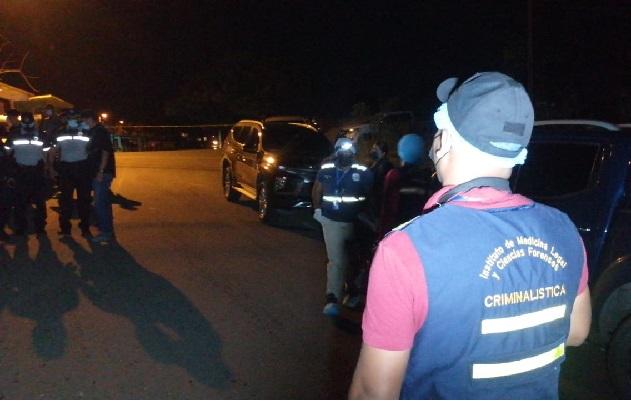 El taxi en el que viajaban las víctimas fue interceptado por otro vehículo, desde el que empezaron a dispararles. Foto: Diomedes Sánchez