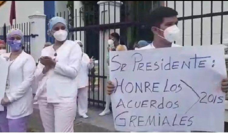 El lunes y martes, los enfermeras realizaron piquetes afuera de las instalaciones de salud. Foto: Víctor Arosemena