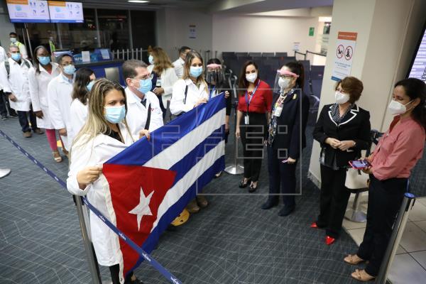 Los 122 especialistas forman parte de un grupo de 230 profesionales cubanos que llegaron a Panamá en diciembre pasado. Foto: EFE