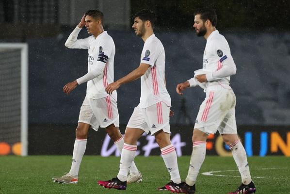 Los jugadores del Real Madrid, el francés Raphael Varane, Marco Asensio y Nacho,luego del partido ante Chelsea: Foto:EFE