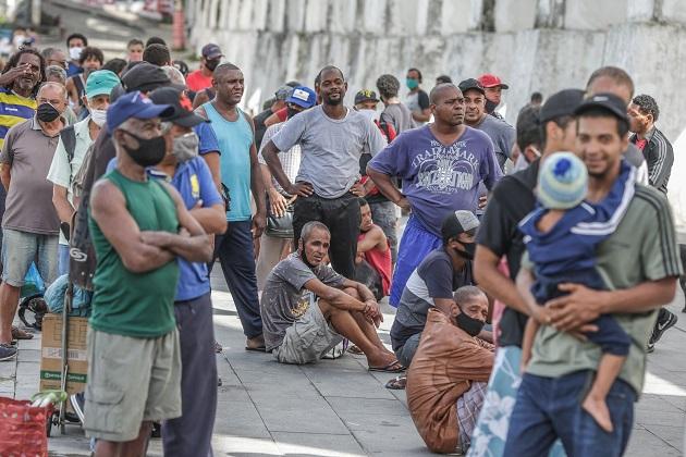 Brasil promedió en los últimos siete días más de 55,000 contagios y casi 2,500 muertes diarias asociadas a la covid-19. Foto: EFE