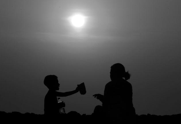 Si queremos vivir en paz, evitando conflictos innecesarios, haciendo el bien, el perdonar siempre nos salva del resentimiento, rencor y odio. Foto: EFE.