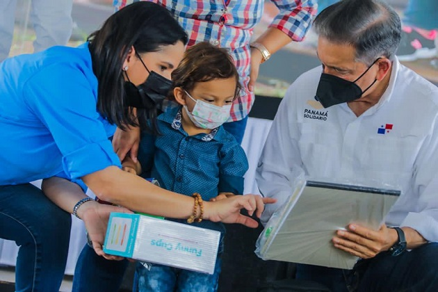 Los insumos fueron entregados por el presidente de la República, Laurentino Cortizo, y la ministra del Mides, María Inés Castillo. Foto. Cortesía Mides