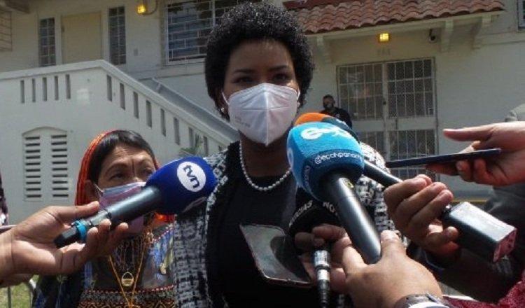 La diputada Walkiria Chandler, junto a otras colegas, cuando acudieron al Ministerio Público a entregar el informe de la investigación hecha por la comisión.