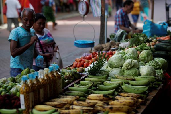 Clientes compran legumbres en puestos improvisados en una avenida peatonal de Ciudad de Panamá. Foto:EFE