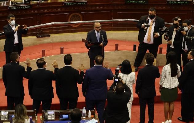 El presidente de la Asamblea Legislativa de El Salvador, Ernesto Castro, juramenta a miembros de la nueva Junta Directiva. Foto: EFE