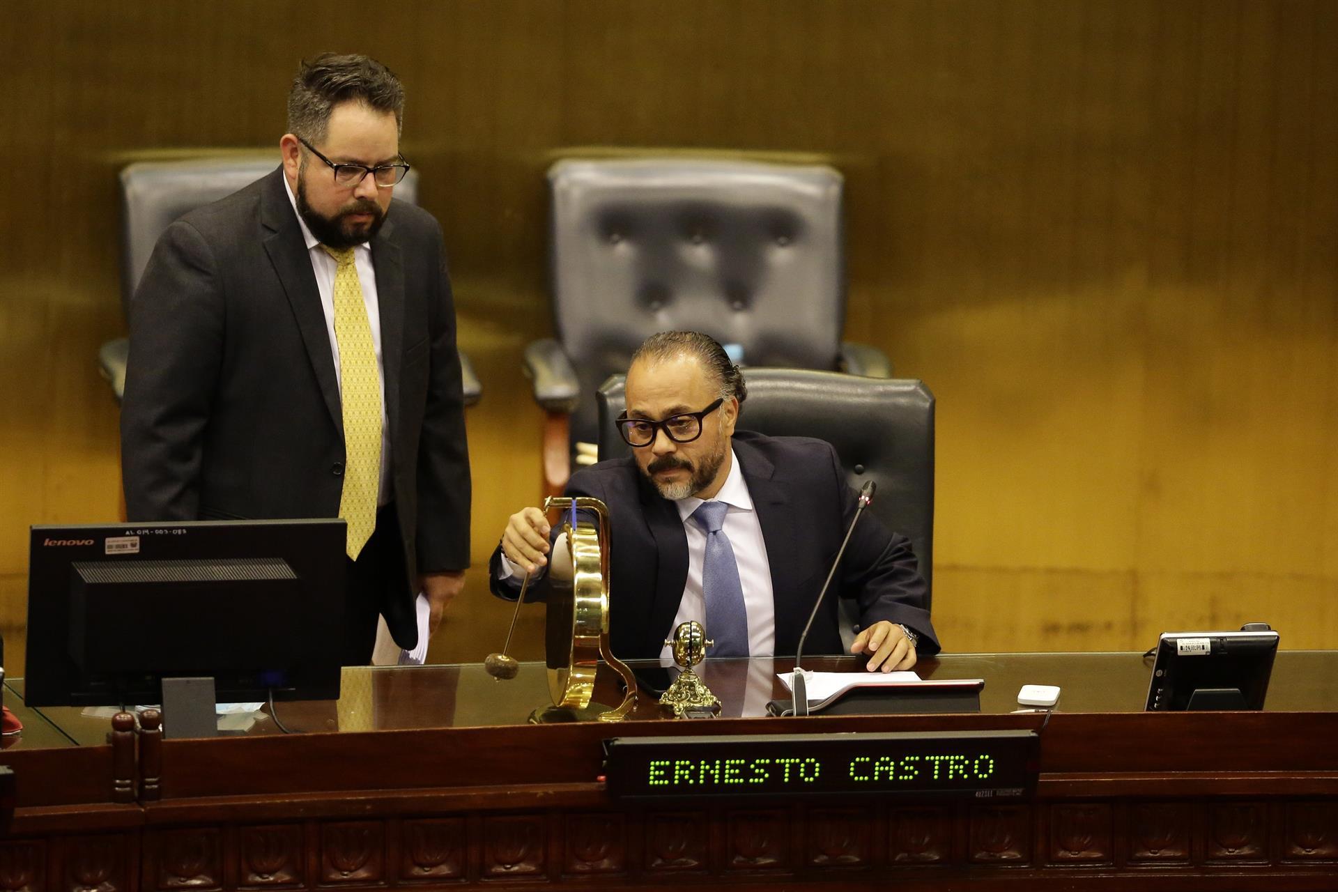 El presidente de la Asamblea Legislativa de El Salvador, Ernesto Castro, durante la primer sesión plenaria de la legislatura 2021-2024. Foto: EFE