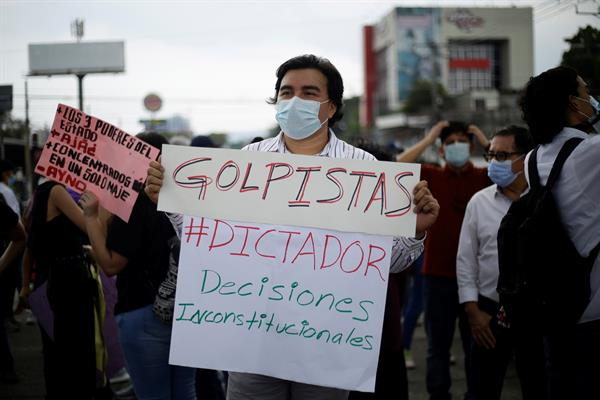 Diversas organizaciones de la sociedad civil se manifestaron en contra de la destitución de magistrados de la Sala Constitucional de la Corte Suprema de Justicia, en El Salvador. EFE