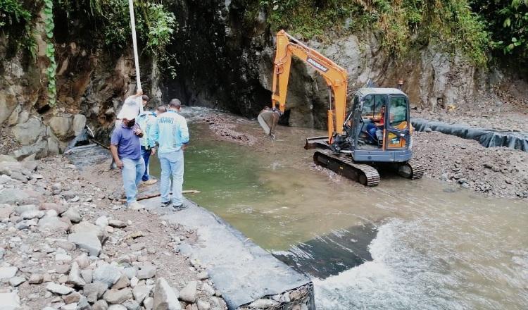 Desde el fin de semana, personal del Idaan elimina exceso de sedimento en Chorro Blanco, Chiriquí. Foto: Cortesía Idaan