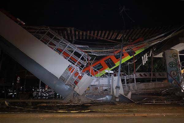 Vista general del derrumbe de unos vagones del metro la pasada noche en la Ciudad de México (México).