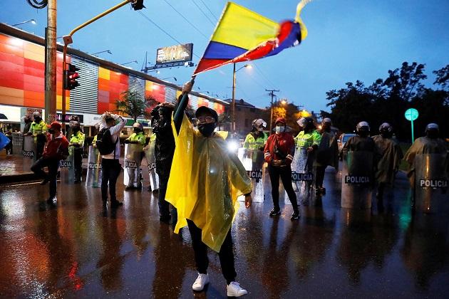 Manifestantes llegan al barrio donde tiene su residencia el presidente de Colombia, Iván Duque, en una nueva jornada de protestas. Foto: EFE