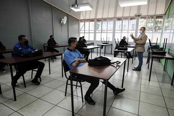 Estudiantes reciben clases, el 8 de febrero de 2021, en un centro educativo en San José, Costa Rica.