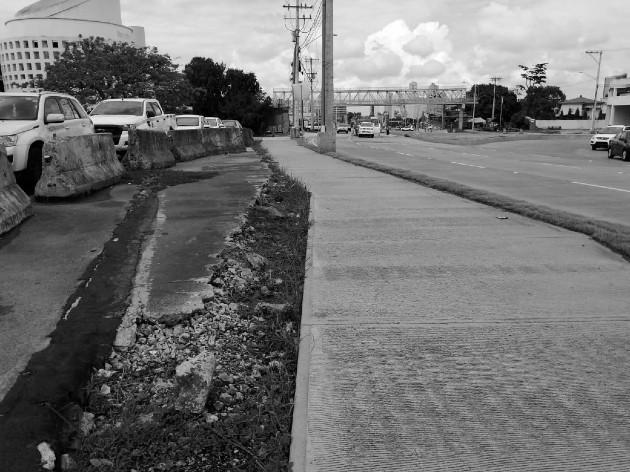 Hay áreas como esta, con aceras fracturadas, deberían ser inspeccionadas por personal idóneo en ingeniería civil. Foto: Cortesía del autor. Emilze Evans.