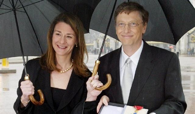 El presidente de Microsoft, Bill Gates, junto a su esposa Melinda, posan delante del Palacio de Buckingham de Londres. Foto: EFE
