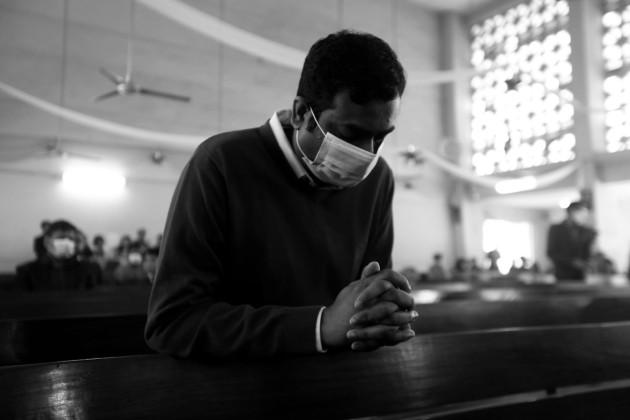 Vivir sin Dios es vivir al final de cuentas como salvajes controlados por los poderes de turno. Qué triste es vivir sin la esperanza de una felicidad eterna con Dios en el cielo. Foto: EFE.
