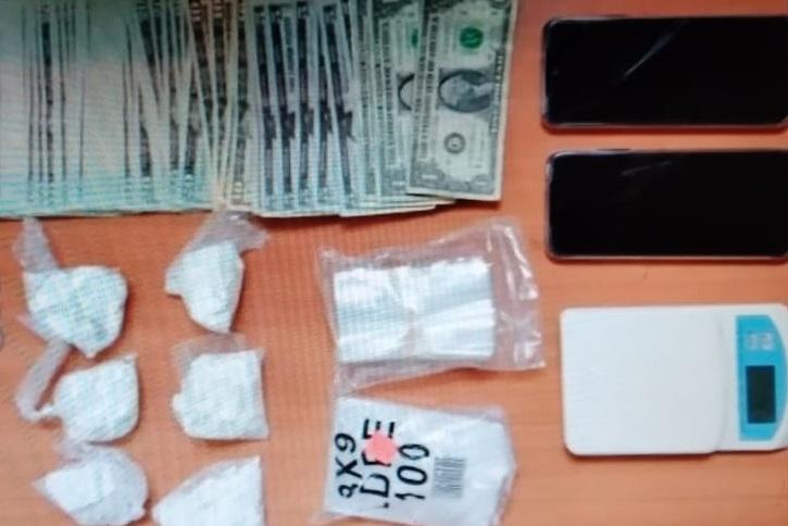 También se incautó dinero, droga, celulares y como vehículos con denuncia de robo. Foto: Cortesía