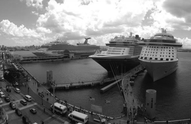 En la industria del turismo, el segmento de cruceros es muy importante. Cruceros en el muelle de San Juan. Foto Archivo: EFE.