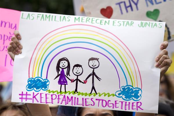 Hasta la fecha, aproximadamente 400 padres separados de sus hijos en la frontera no han sido localizados. EFE