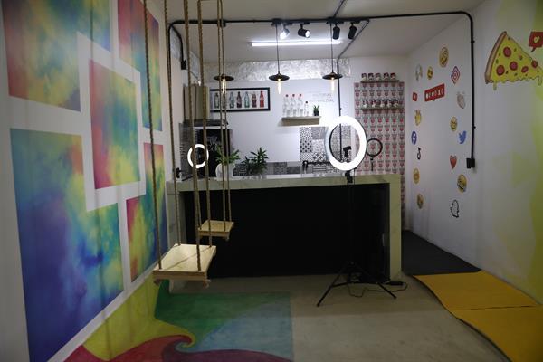 Fotografía de un escenario diseñado para selfies el 5 de mayo de 2021, en Ciudad de México (México). Foto: EFE
