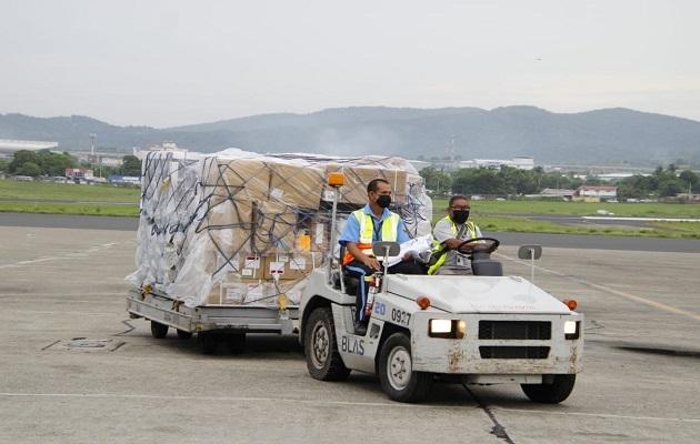 Panamá recibió este martes 74,400 dosis de la vacuna de AstraZeneca. Foto: Cortesía Minsa
