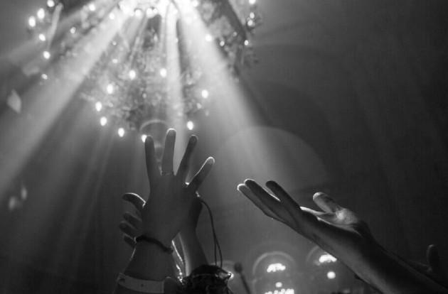 Un grupo de cristianos, en la Iglesia del Santo Sepulcro, en Jerusalén. Los dones del Espíritu son para toda la humanidad y reflejan los valores y principios del Reino de los Cielos. Foto: EFE.